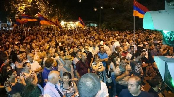 Участники митинга «в поддержку» захватившей полк ППС группы «Сасна црер» проводят шествие в центре Еревана